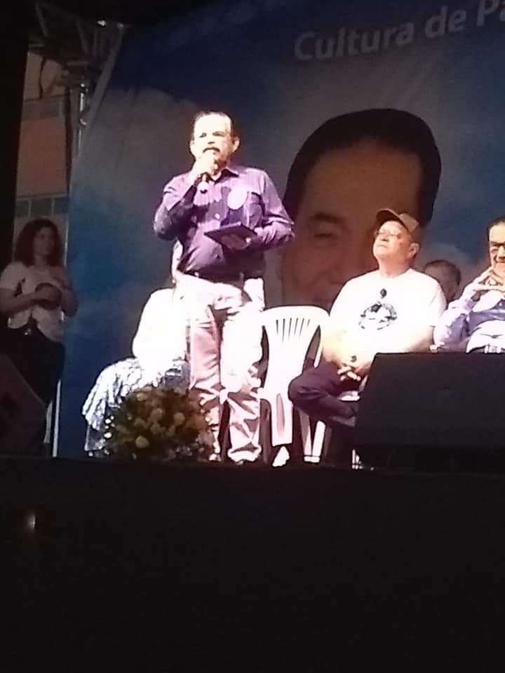Professor Severino Celestino recebe homenagem de Articulador da Paz, comenda entregue por Divaldo Franco, no evento Você e a Paz